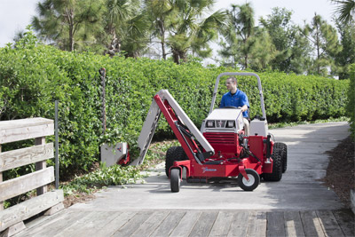 MA900 Vertical Hedge Trimming - Vertical hedge trimming is easy with the MA900 Boom Mower